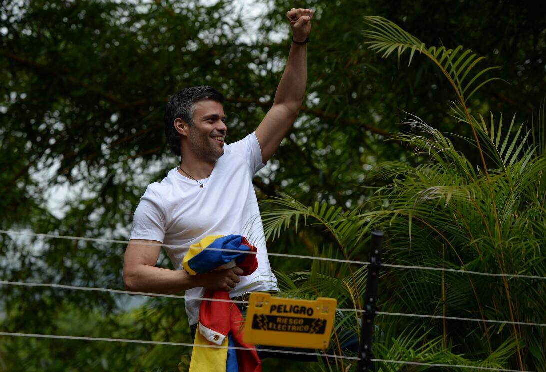 Leopoldo López saluda a sus seguidores el día que le fue concedida la me...