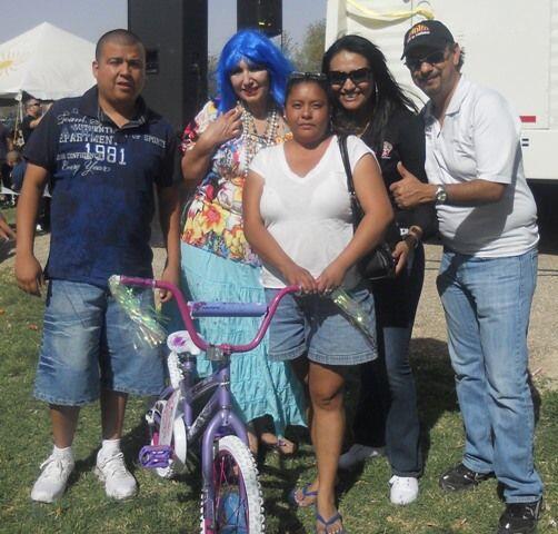 Al final regalamos bicicletas a algunos de los presentes por participar...