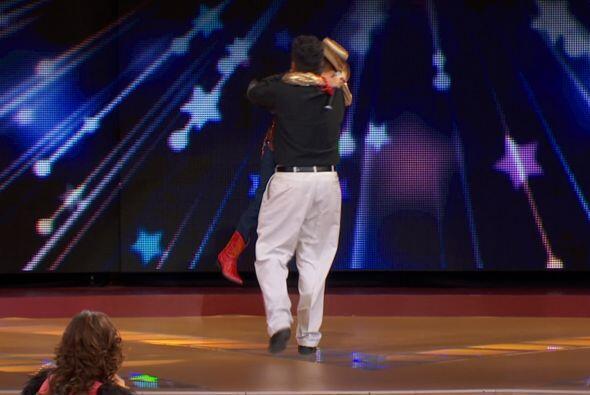 Su padre apareció en el escenario y la pequeña corrió a sus brazos, pues...