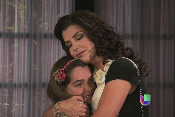 Rocío le dice a Miriam que Ana le ha tomado mucho cariño, la ve como si...