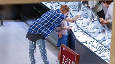 Justin Bieber consiente con joyas a su hermanita