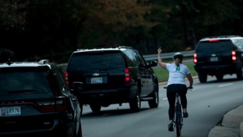 Juli Briskman a su paso por la comitiva de Trump.
