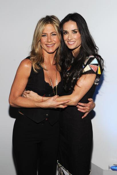 Como dos grandes amigas se abrazan las actrices Jennifer Aniston y Demi...