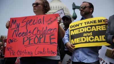 Protestas en contra de la ley de salud aprobada finalmente por la Cámara.