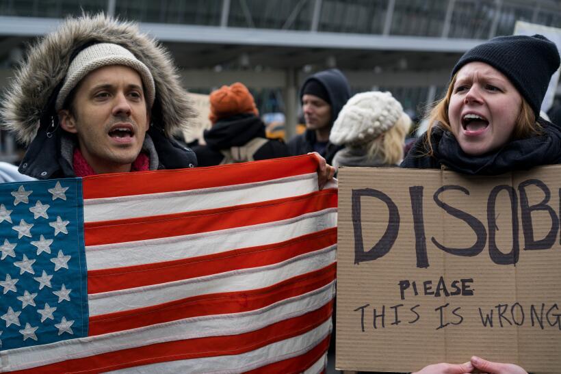 """En las pancartas, los manifestantes llaman a """"desobedecer"""" la..."""