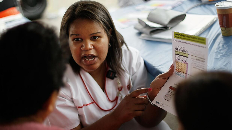Una enfermera en una consulta gratuita para residentes de El Bronx, en N...