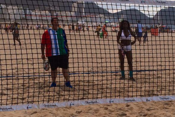Raúl y Kenia jugaron un partido de voleibol de playa.