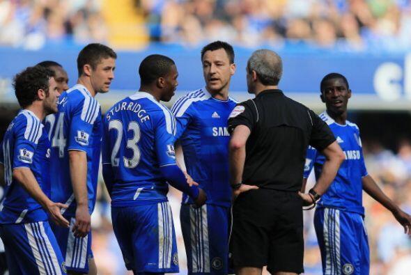 Al final, varios jugadores de 'Los Blues' protestaron al árbitro una sup...