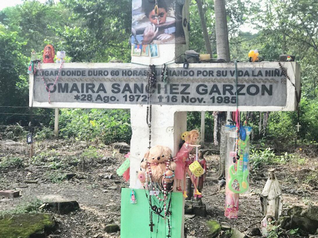 Esta cruz recuerda a Omaira Sánchez, quien murió después de 60 horas luc...