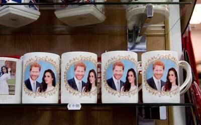 Las tazas conmemorativas, con la imagen del príncipe Harry y Megh...