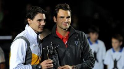Rafael Nadal y Roger Federer al final del partido de exhibición.