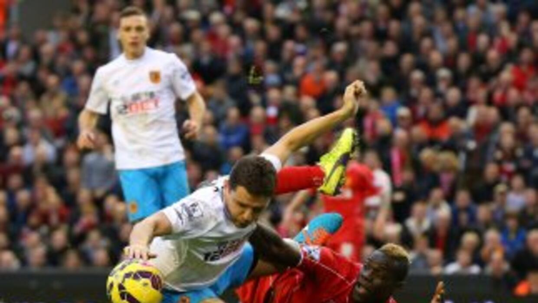 Balotelli sigue sin anotar y Liverpool no pudo con Hull.