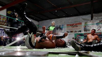 Alambres de púas, sangre y un público eufórico: dentro de la 'lucha extrema' en México