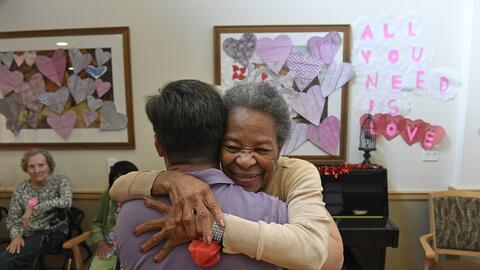El acto de abrazar reduce la producción de cortisol, la hormona que segr...