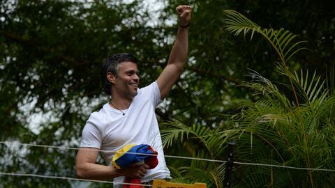 Leopoldo López saluda a sus seguidores el día que le fue c...