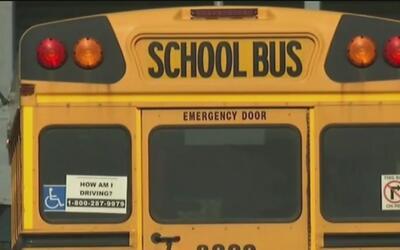 Choque de un autobús escolar contra una motocicleta deja nueve heridos e...