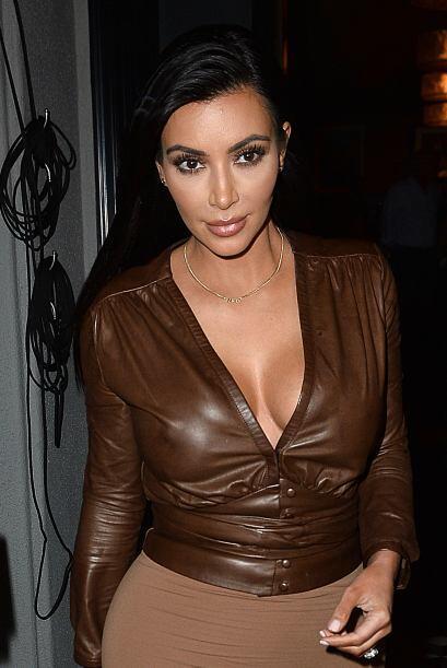 La estrella de televisión cubrió sus curvas en una ajustada blusa de cue...