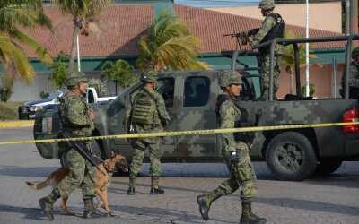 Soldados mexicanos realizan un operativo en la ciudad turística d...