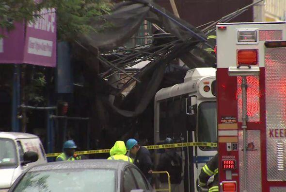 Varios camiones de bomberos y patrullas acudieron a la escena.