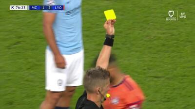 Tarjeta amarilla. El árbitro amonesta a Nabil Fekir de Lyon