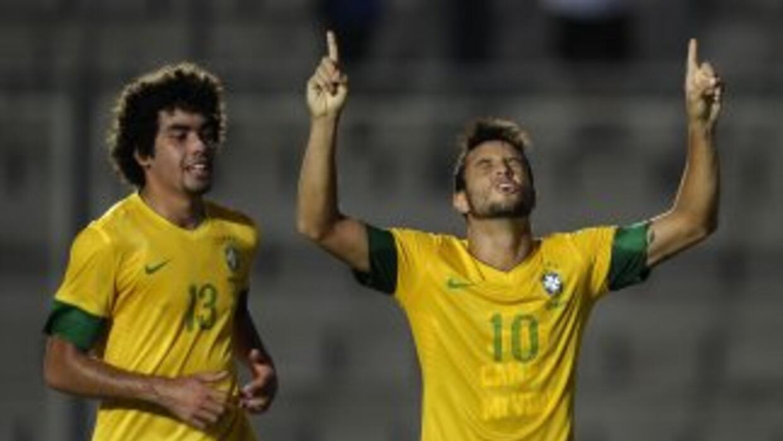 Felipe Anderson festeja el único gol del partido, de tiro libre penal, s...