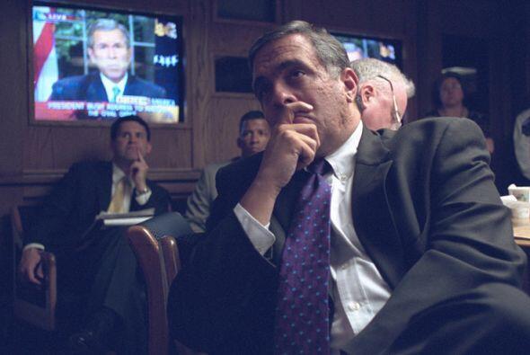 El director de la CIA, George Tenet, escucha el mensaje del presidente B...
