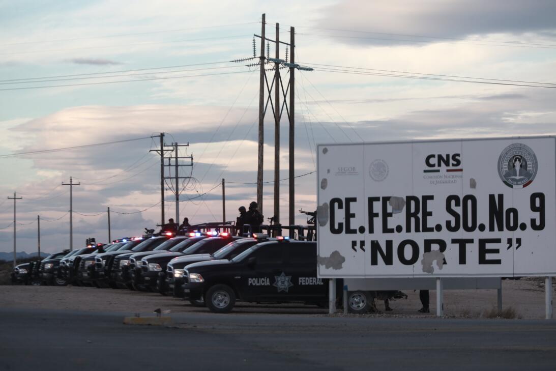 Una decena de patrullas de la policía federal mexicana fueron estacionad...