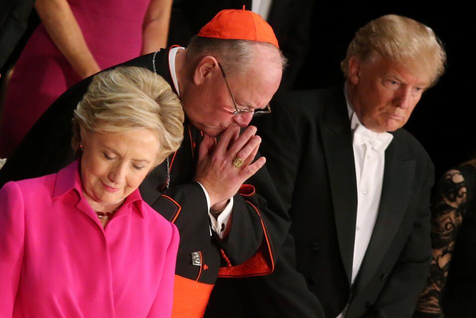 Hillary Clinton, el cardenal Timothy Dolan y Donald Trump en la cena de...