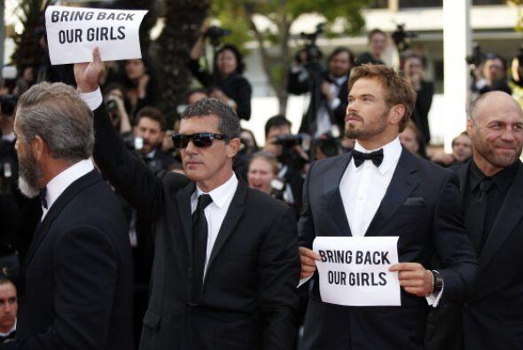 Antonio Banderas levantó su pancarta con el mensaje.