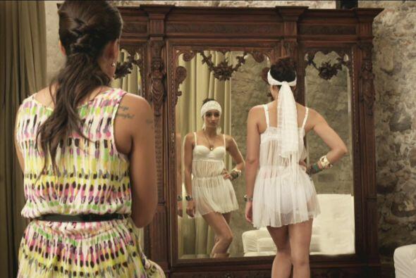 Natasha tuvo que improvisar con su vestido de novia, pues el que tenía s...