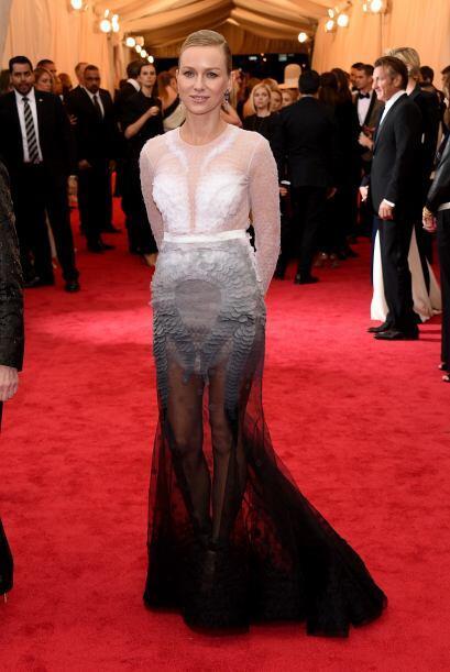 Por otro poco y Naomi Watts nos enseña las panties con este modelito. En...