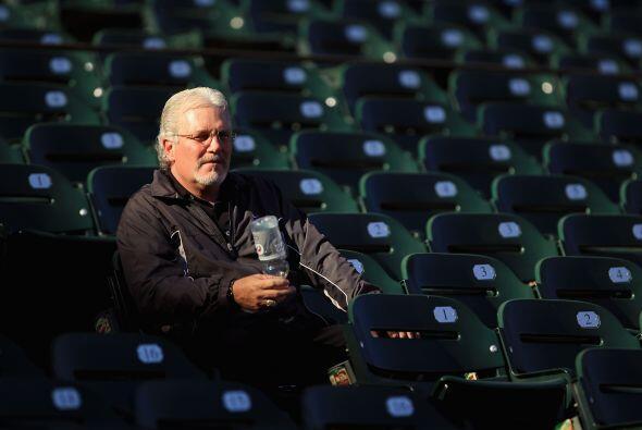 El gerente Brian Sabean acompaña a los Gigantes en su gira actual...