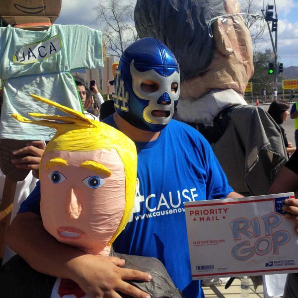 Activistas se dieron cita en las afueras de la biblioteca Ronald Reagan...