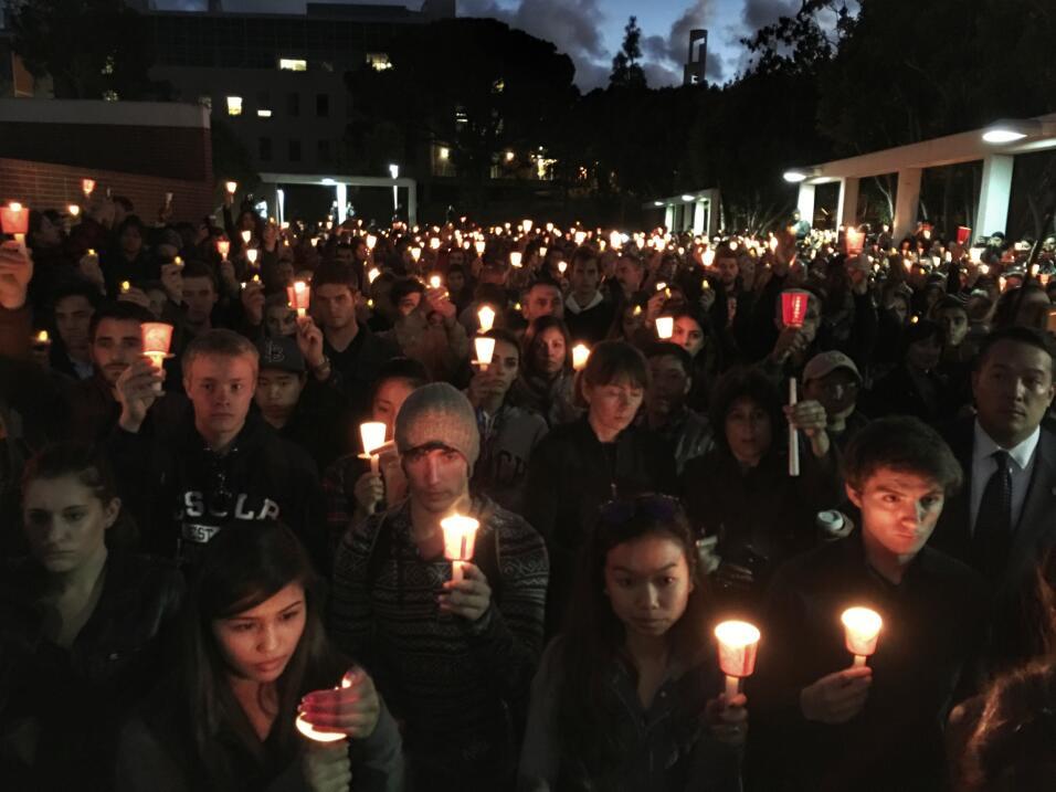Un mar de velas recuerda a la joven hispana fallecida en París