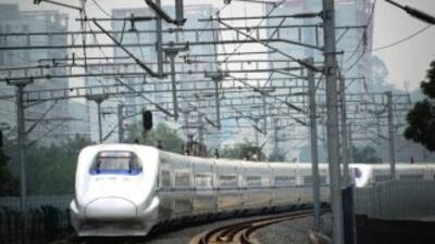A tren rápido creado porChina Railway Construction viaja en una vía hac...
