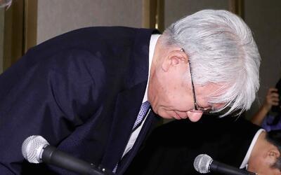 Hiroya Kawasaki presidente de Kobe Steel se inclina durante una conferen...