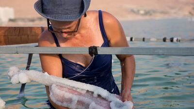 ¿Qué pasa si sumerges un vestido en el Mar Muerto? Esta artista lleva 15 años petrificando objetos en sus aguas