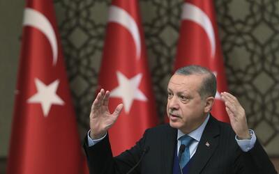 El presidente de Turquía, Recep Tayyip Erdogan, hace gestos mient...
