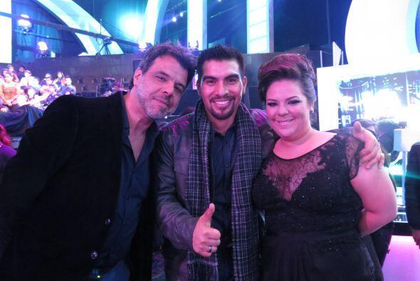 También Enrique Tello posó con la boricua antes del show.