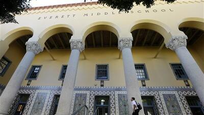 Un niño camina ante la Escuela Intermedia Everett en San Francisco.