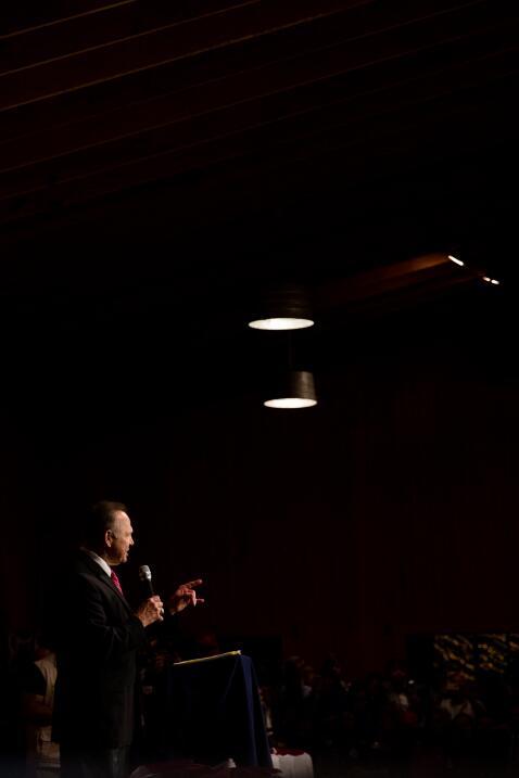 Bannon apoya a Moore, mientras ataca al establishment republicano, a Hil...