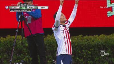 Con cabezazo de Ronaldo Cisneros, ya Chivas gana 1 -0