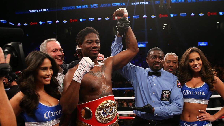 Charles Martin con su cinturón de campeón de la FIB