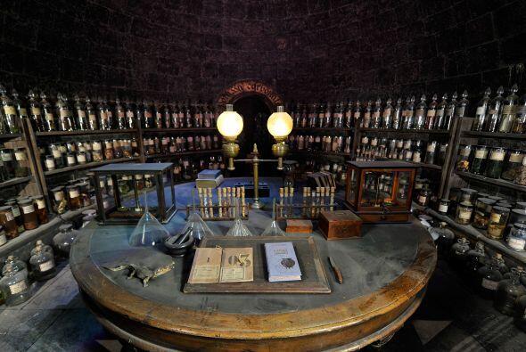 Todo en Hogwarts es antiguo, no hay necesidad de la tecnología porque ex...