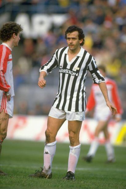 1985: El francés Michel Platini de la Juventus tuvo que compartir este h...
