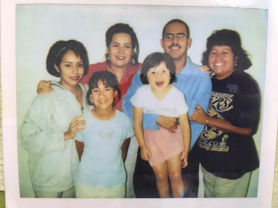 Su madre, hermanas y sobrinas acompañaban a Díaz cuando tenía 26 años y...