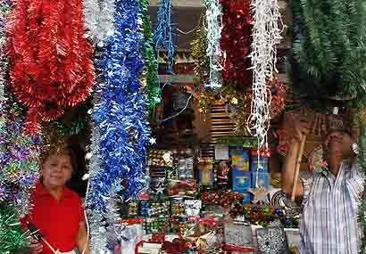 Comerciantes salvadoreños trabajan en sus puesto de venta navideños.