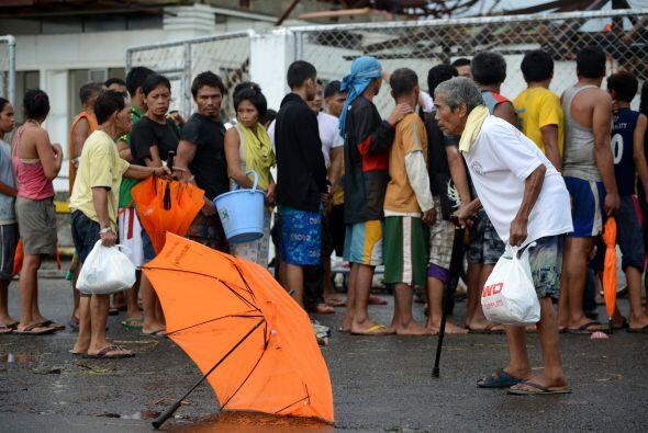 Las filas por suministro de agua son muy largas. (AFP/Getty)
