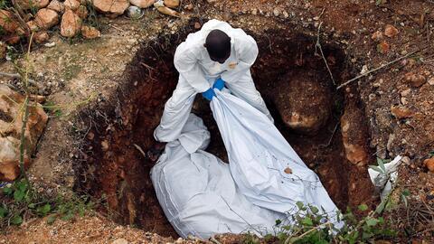 Trabajadores entierran dos cadáveres tras el paso de Matthew