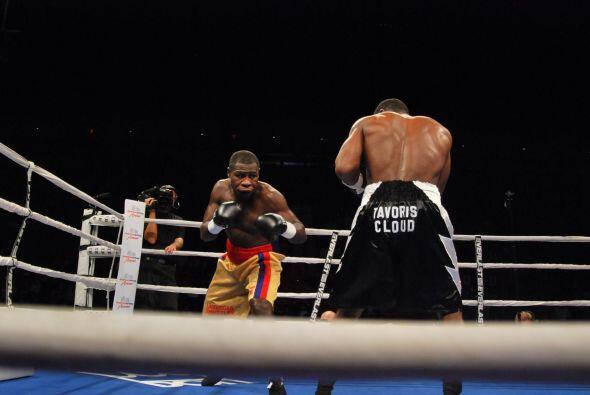 En una pelea de campeonato, Tavoris Cloud defendió el cinturón semi pesa...